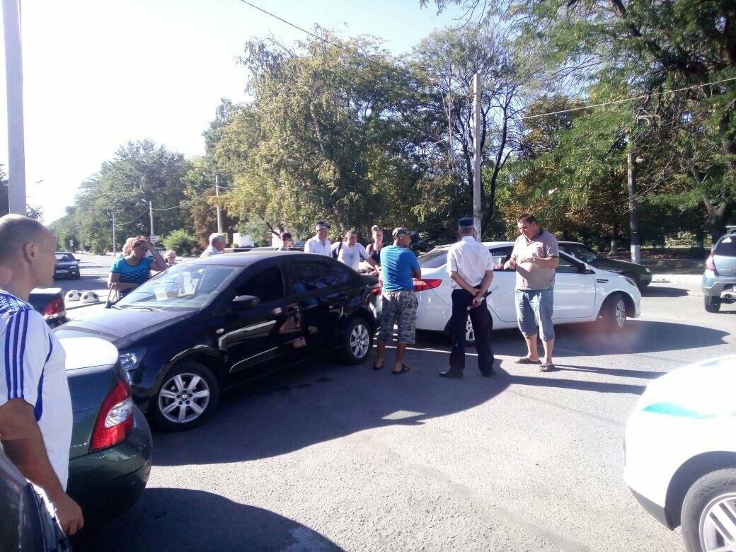 Курьезное ДТП в Новошахтинске: две иномарки столкнулись, сдавая назад, фото-1