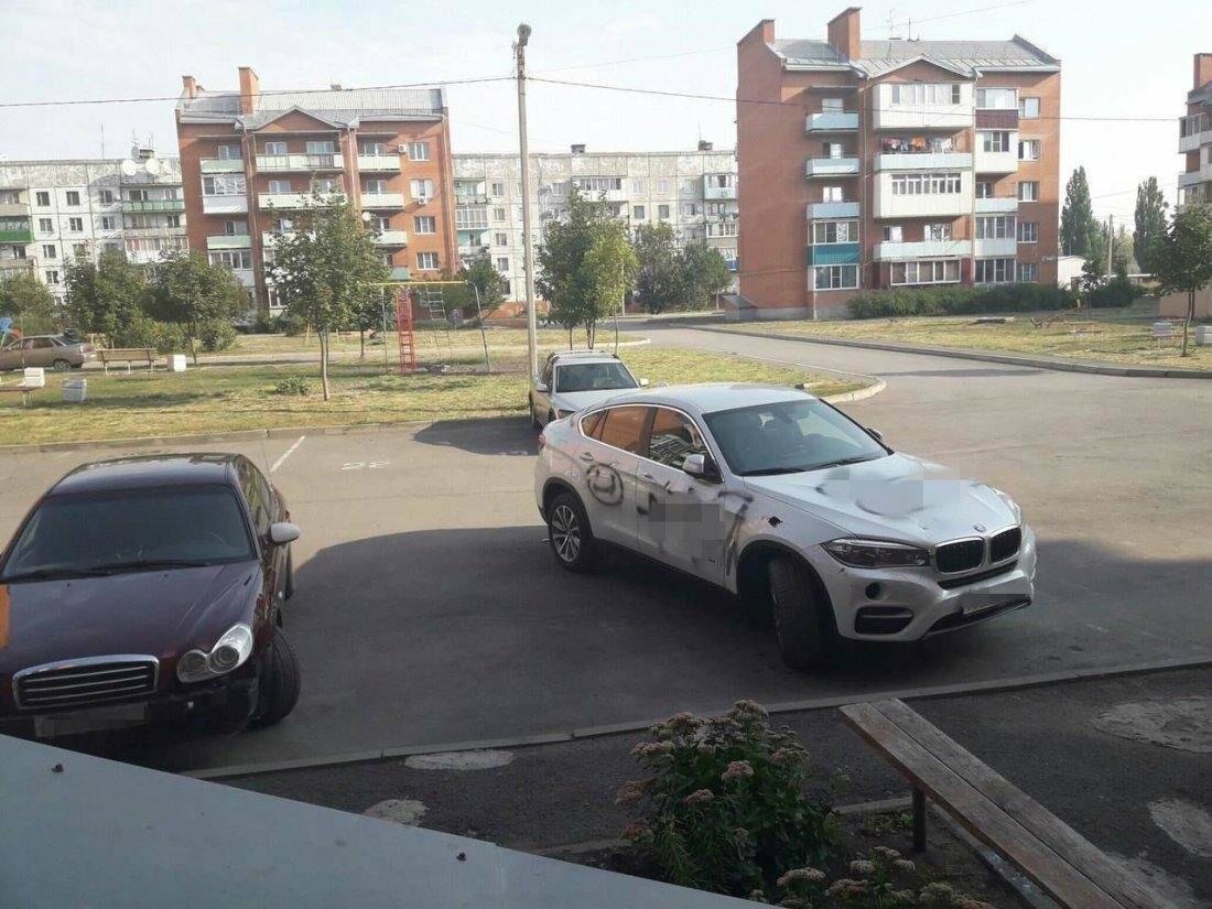 На улице Радио в Новошахтинске вандалы изуродовали дорогую иномарку, фото-2