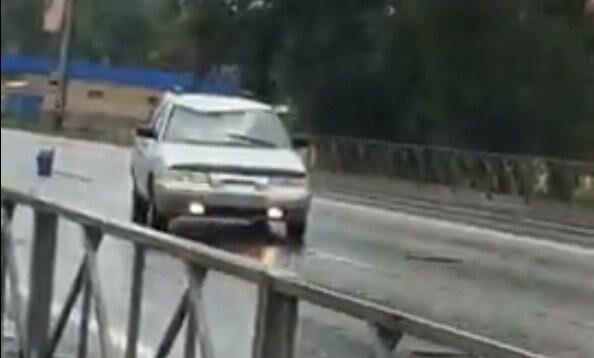 В Новошахтинске по Харьковской трассе бегал неадекватный мужчина, прыгая на автомобили, фото-1
