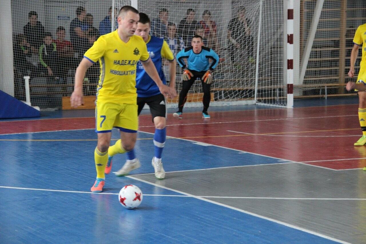 Футболисты Новошахтинска продолжают борьбу за престижный трофей по мини-футболу, фото-1