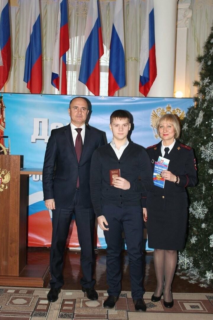 Юные новошахтинцы получили главный документ гражданина России, фото-1