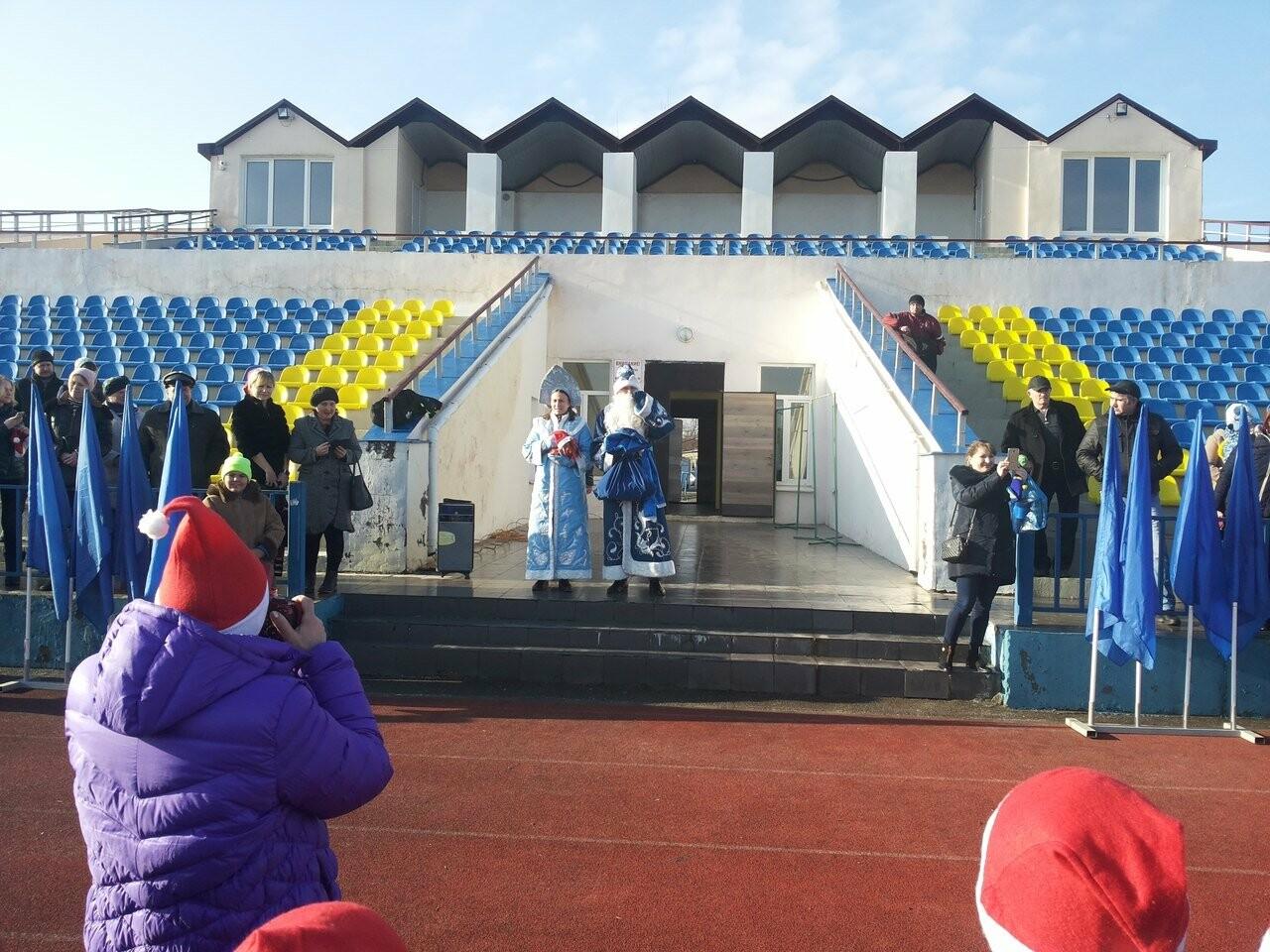 В Новошахтинске прошёл новогодний забег Дедов Морозов и Снегурочек , фото-2