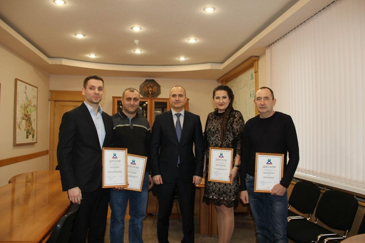 В Новошахтинске выбрали предприятия с лучшим новогодним оформлением , фото-1