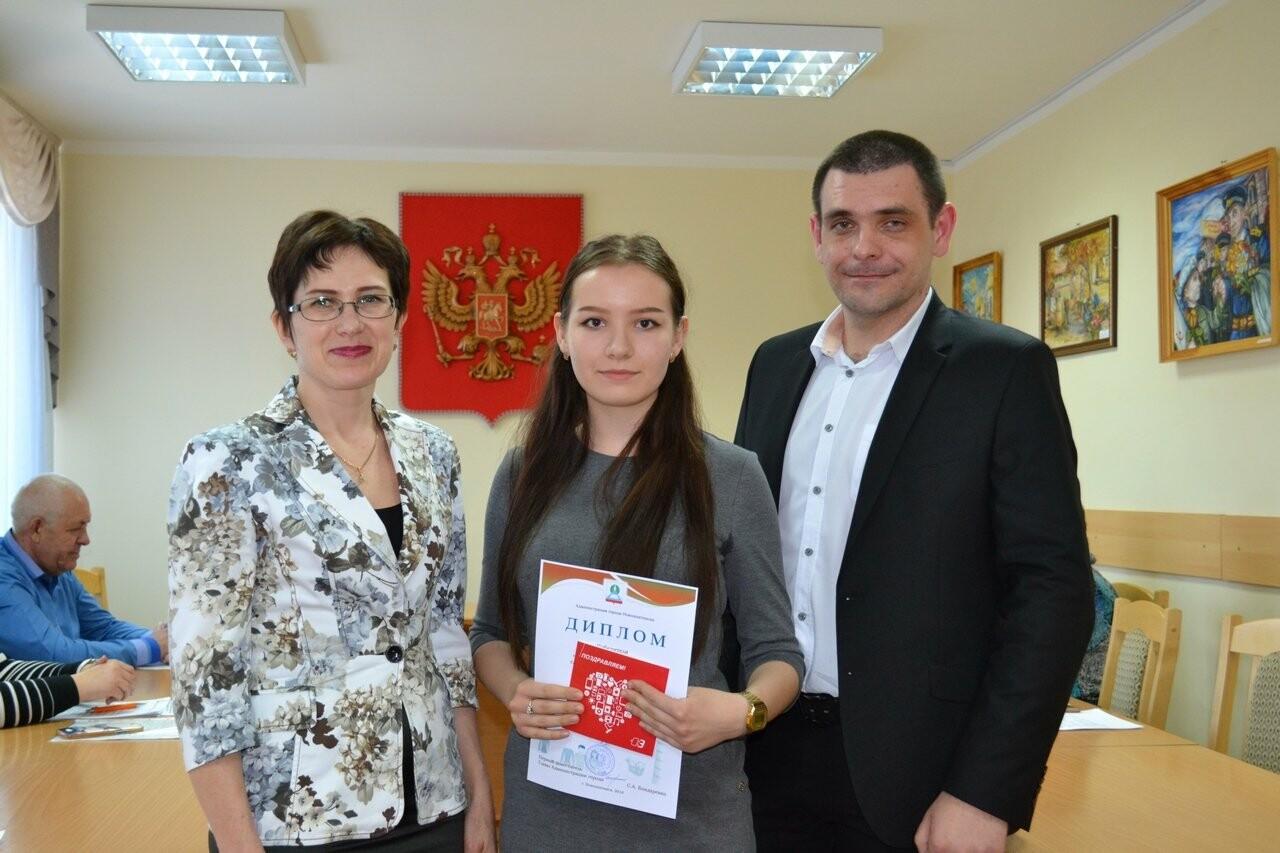 В Новошахтинске наградили победителей и призеров городского конкурса «Защита прав потребителей глазами молодого поколения», фото-1