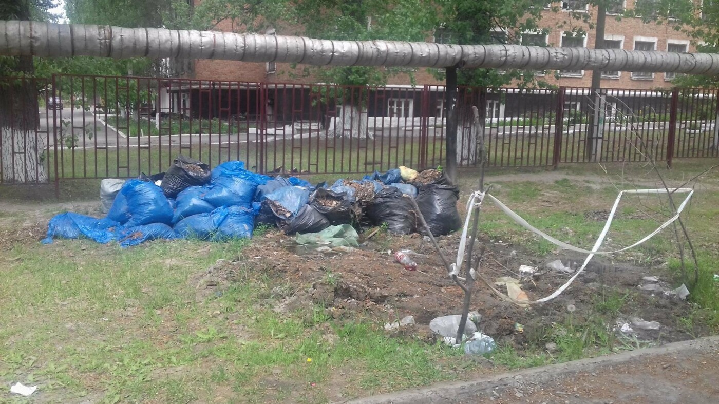 Субботники в Новошахтинске прошли, а мусорные мешки убрать забыли, фото-1