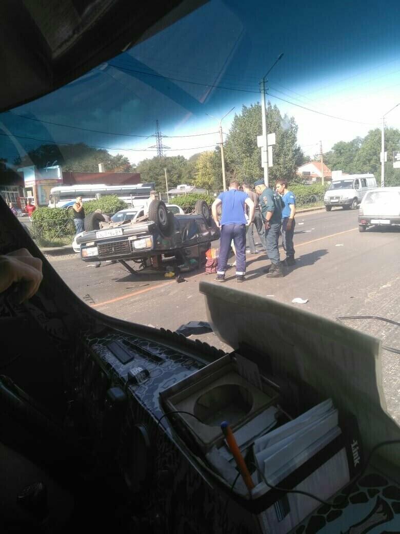 В районе автовокзала в Новошахтинске перевернулась легковушка , фото-1
