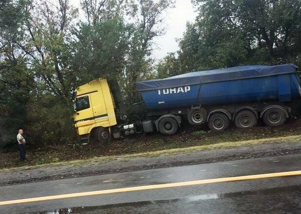 Под Новошахтинском погиб мужчина на BMW, врезавшись в грузовик, фото-1