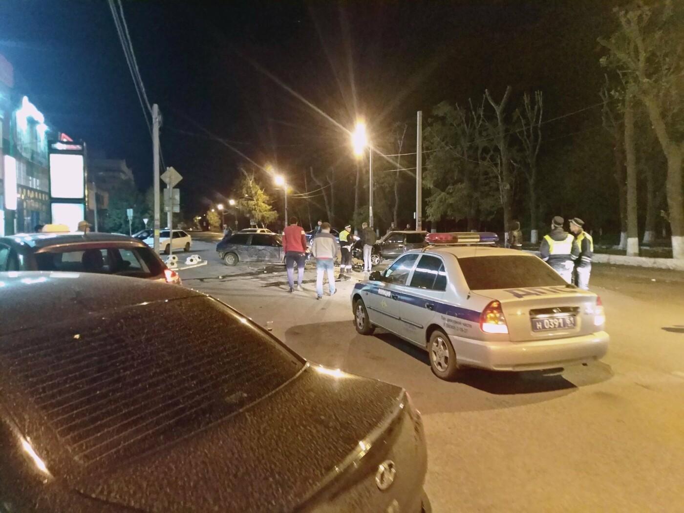 """Серьезная авария произошла в начале первого ночи 6 октября на улице Садовой прямо перед ТЦ """"Новошахтинск МОЛЛ"""""""