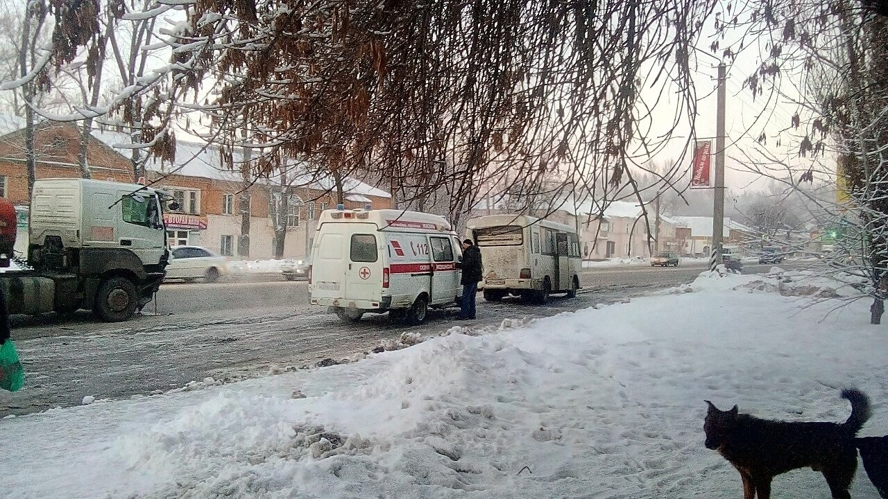 В Новошахтинске бензовоз протаранил автобус прямо на остановке, фото-1
