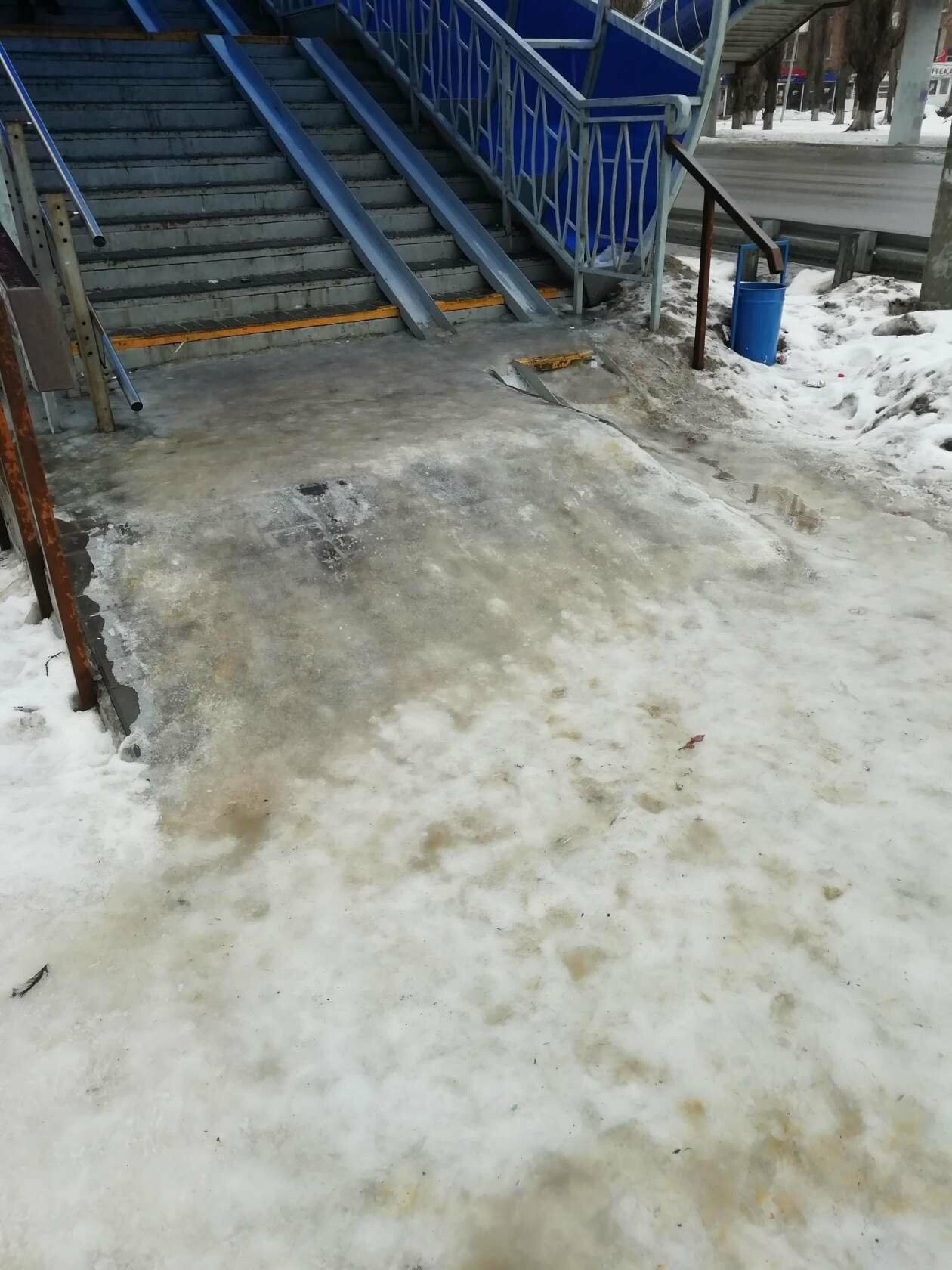 Коляски не проедут, пенсионеры не дойдут: в Новошахтинске забыли очистить пешеходный переход, фото-1