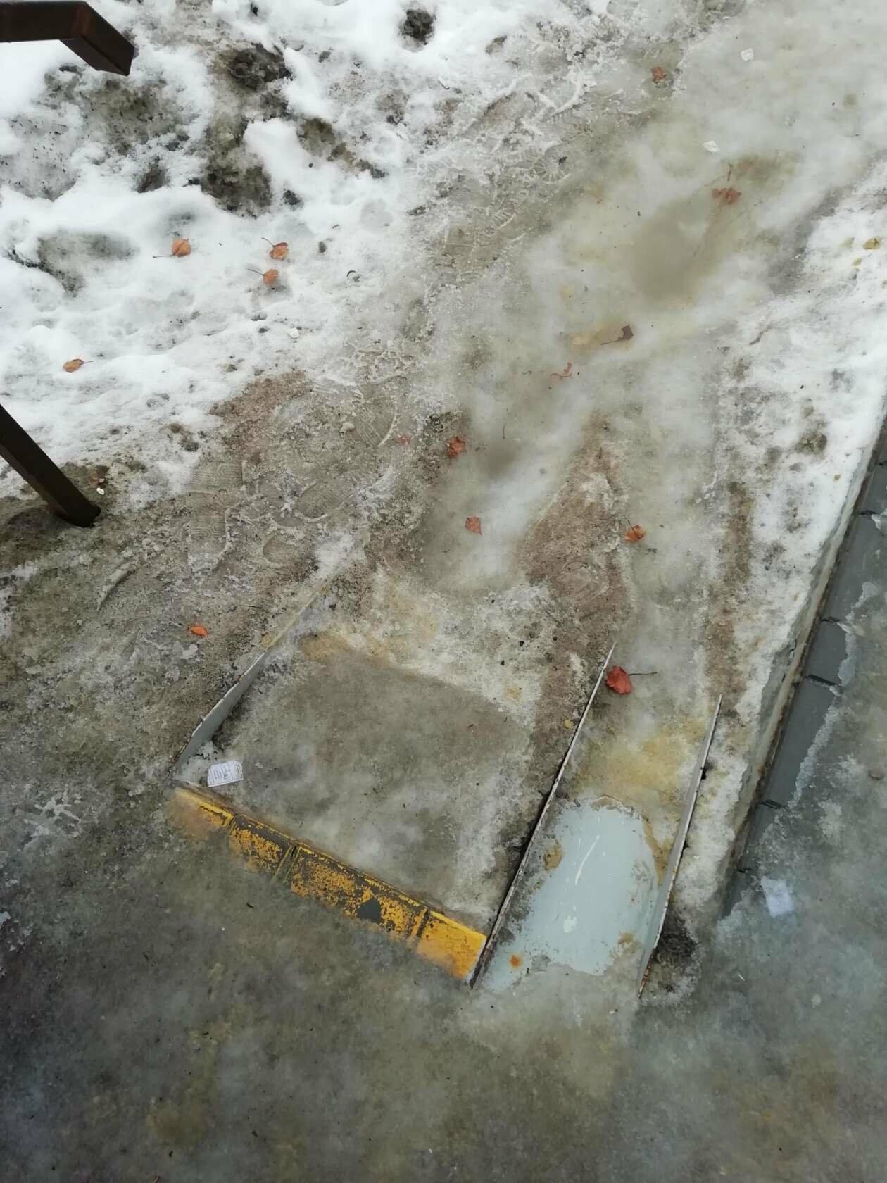 Коляски не проедут, пенсионеры не дойдут: в Новошахтинске забыли очистить пешеходный переход, фото-2