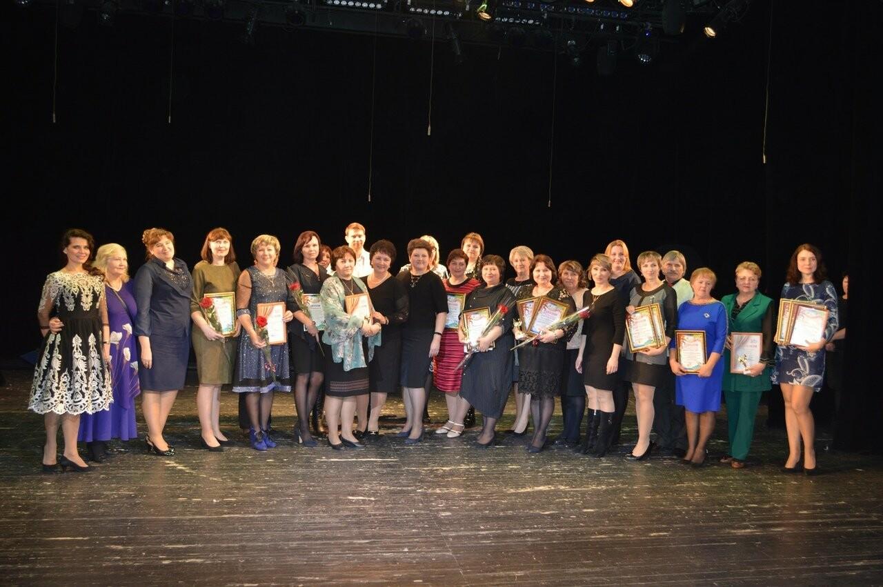 В Новошахтинске наградили лучшие школьные театральные коллективы, фото-1