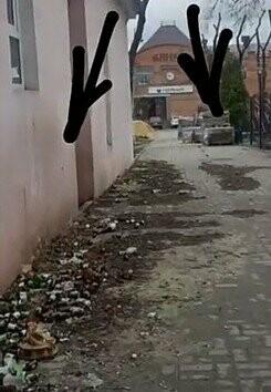 В центре Новошахтинска обнаружили свалку опасных бутылок, фото-1