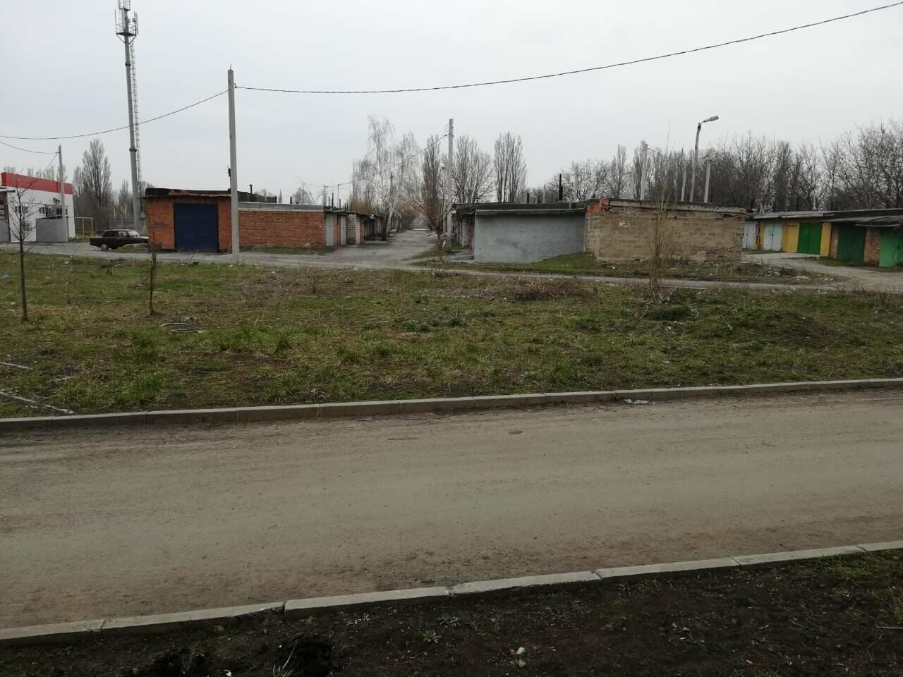 """""""Мусорная"""" проблема в Новошахтинске: одни убирают придомовые территории, а другие складывают мусор под окнами, фото-1"""
