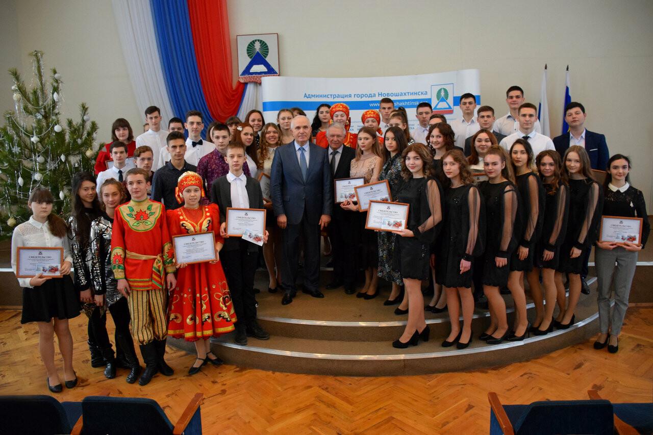 Талантливым жителям Новошахтинска вручили ежегодную премию, фото-1