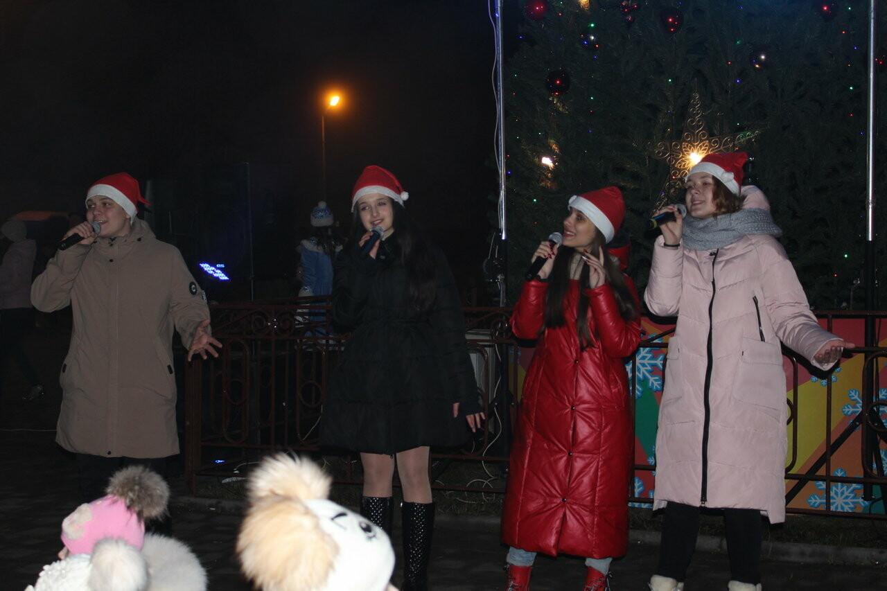 У главной городской елки Новошахтинска состоялись праздничные мероприятия, фото-2