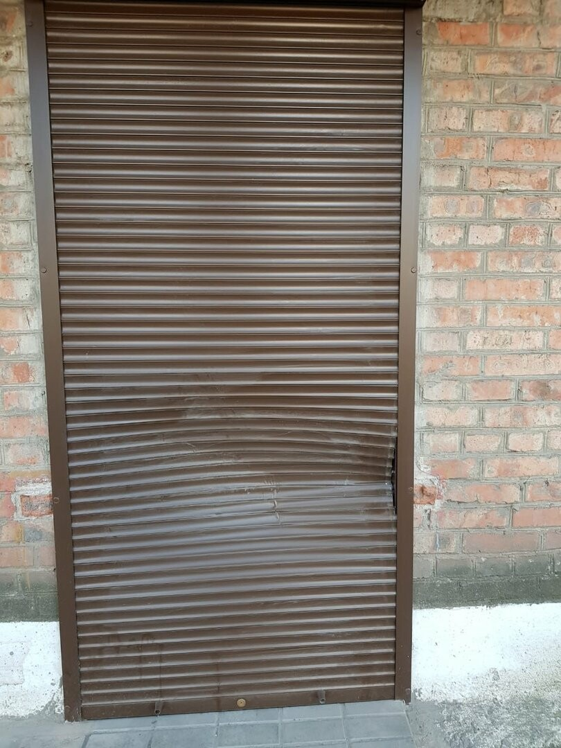 В Новошахтинске вандалы разбили автомат для воды и окно пенсионеров, фото-2