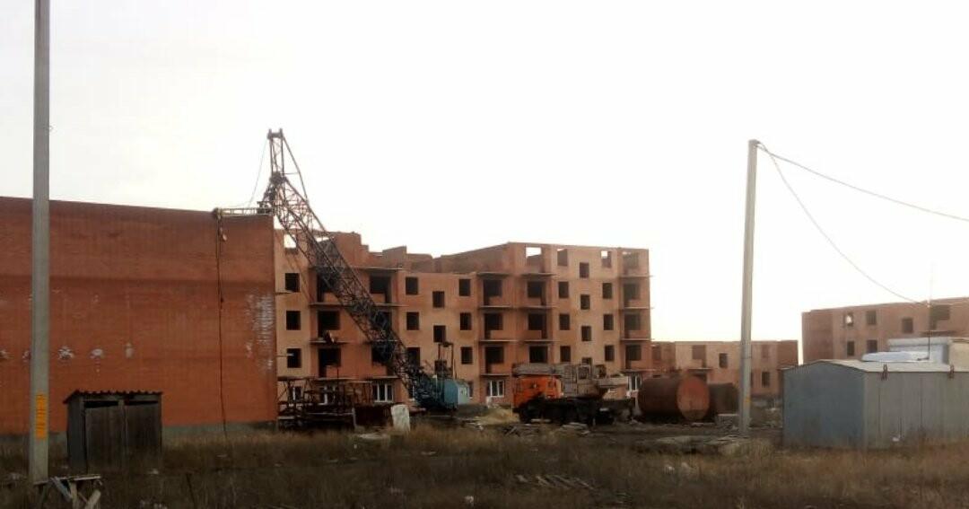 В Новошахтинске на дом, который уже давно должны были ввести в эксплуатацию, рухнул башенный кран, фото-1