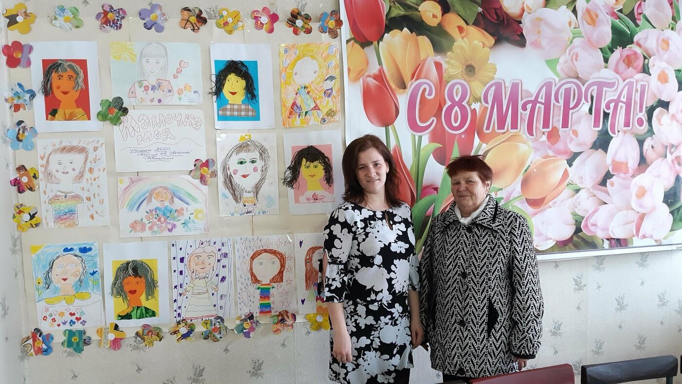 Женщин Новошахтинска поздравили с предстоящим праздником, фото-1