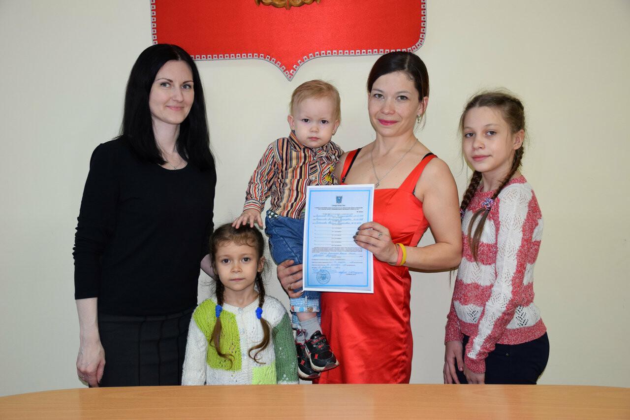 Новошахтинцам вручили свидетельства на получение соцвыплаты для приобретения жилья, фото-1