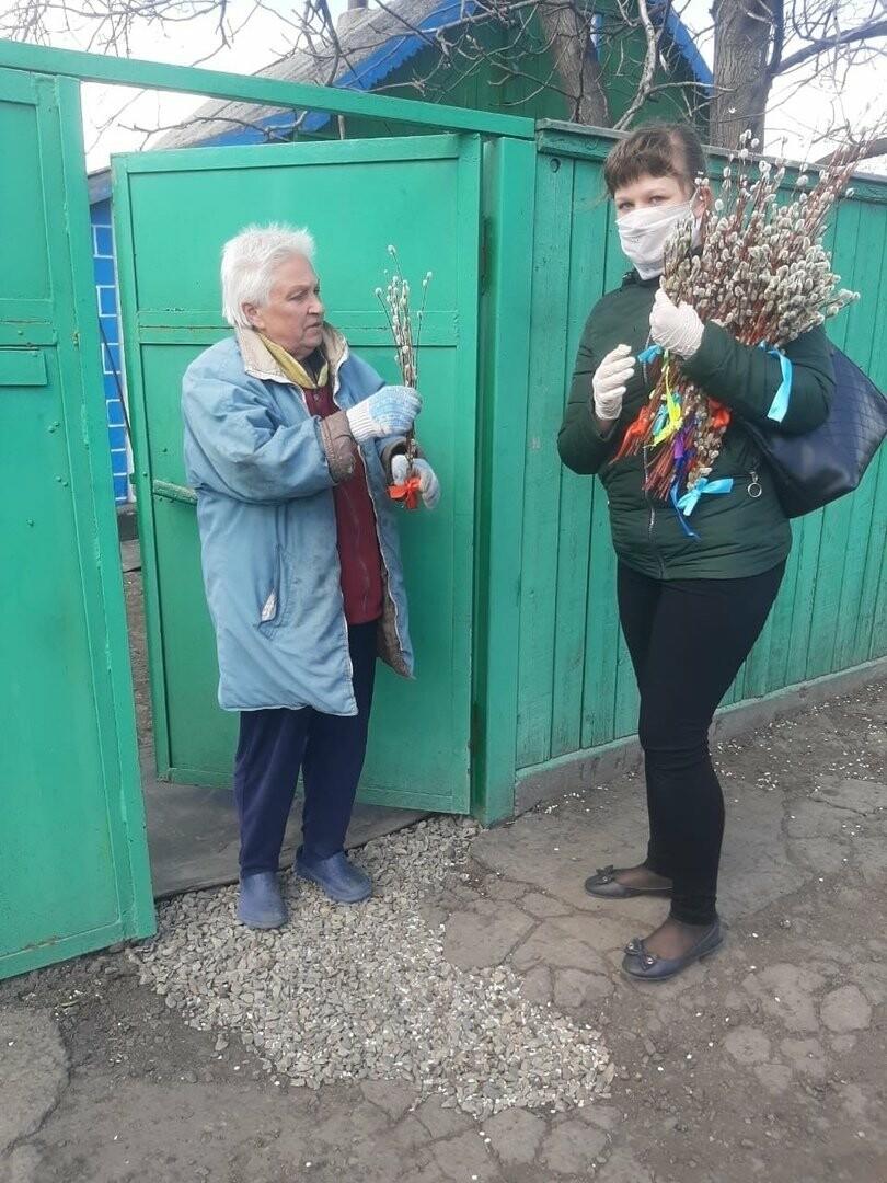 Новошахтинские волонтеры поздравили пенсионеров с праздником, фото-1