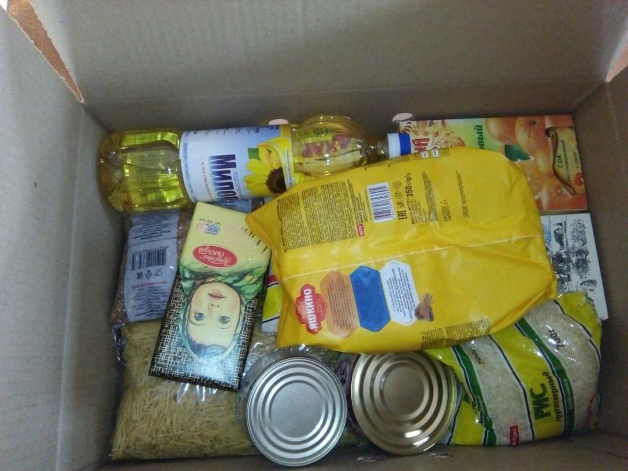 Малообеспеченным семьям Новошахтинска начали выдавать продуктовые наборы, фото-1