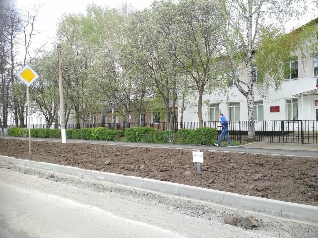 Капитальный ремонт автомобильной дороги по улице Молодогвардейцев в Новошахтинске продолжается , фото-1