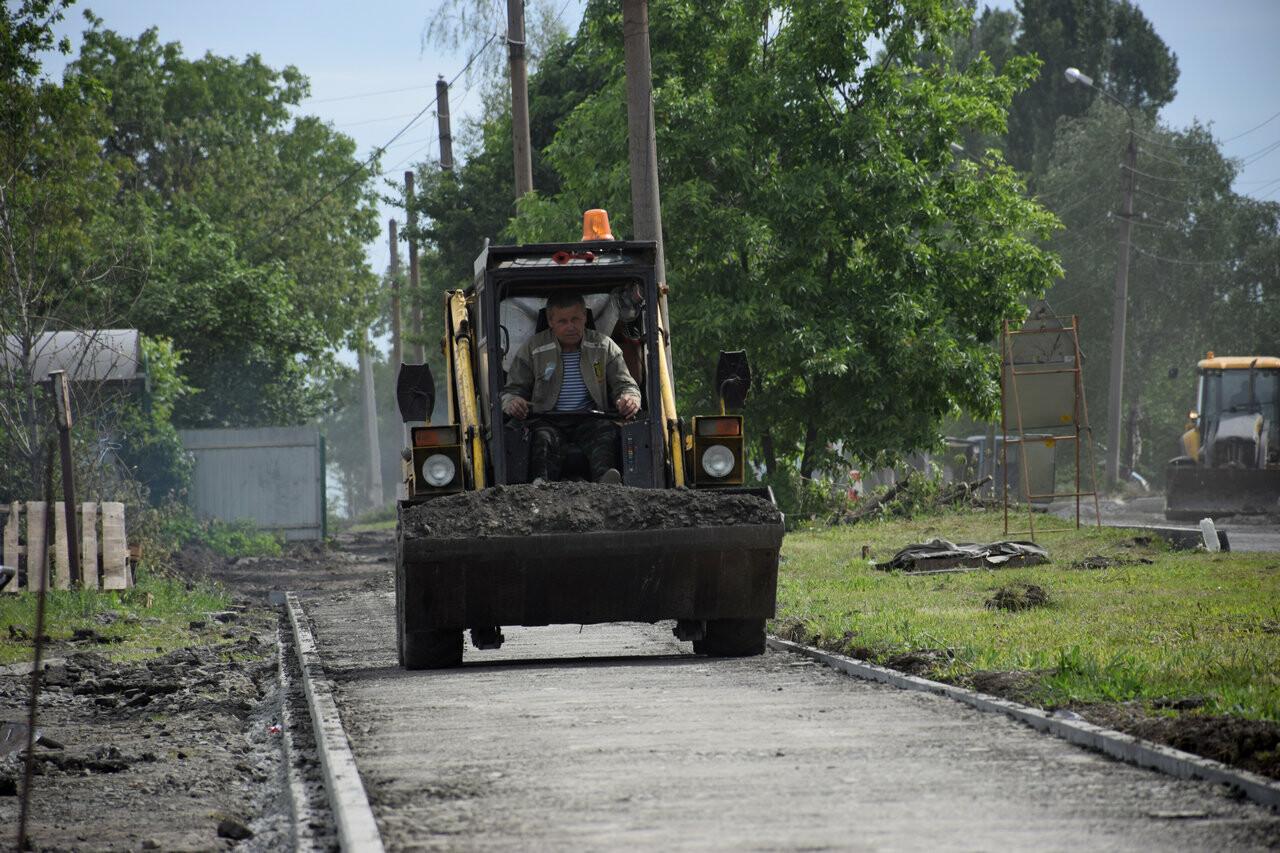 Глава администрации Новошахтинска контролирует проведение ремонтных работ дороги, фото-1