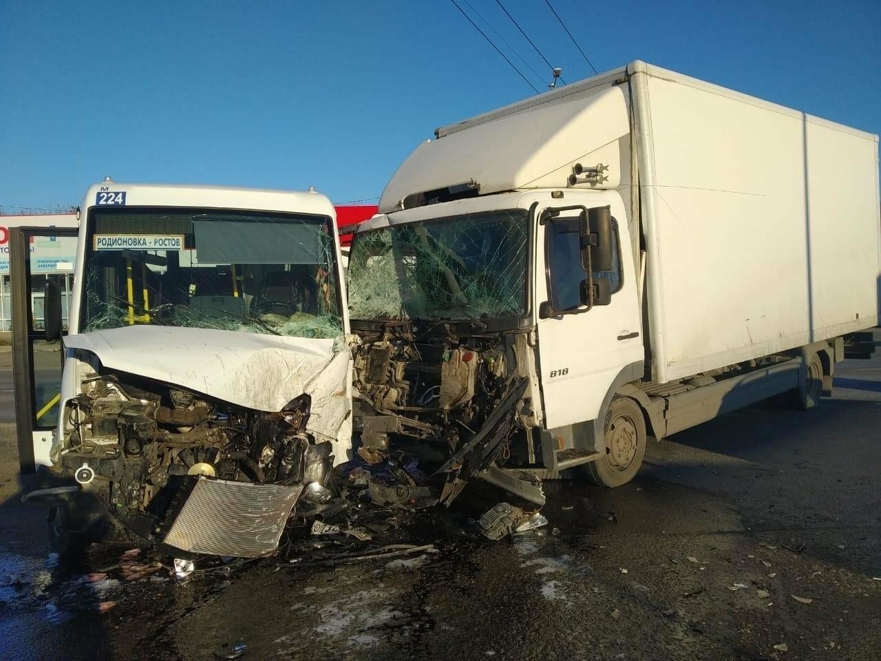 Резко затормозившая легковушка стала причиной серьезной аварии на Дону, фото-1