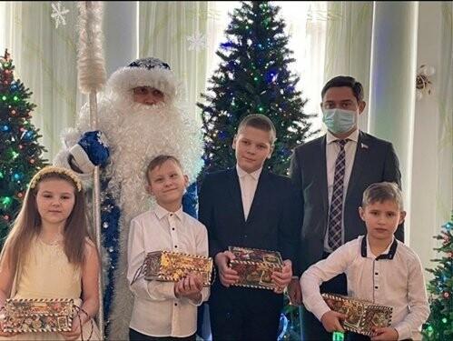 Депутат Заксобрания области вручил юным новошахтинцам сладкие подарки , фото-2