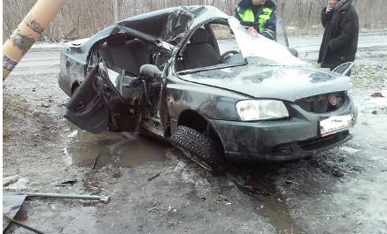 Пострадали дети: вНовошахтинске автомобиль врезался вопору линии электропередачи